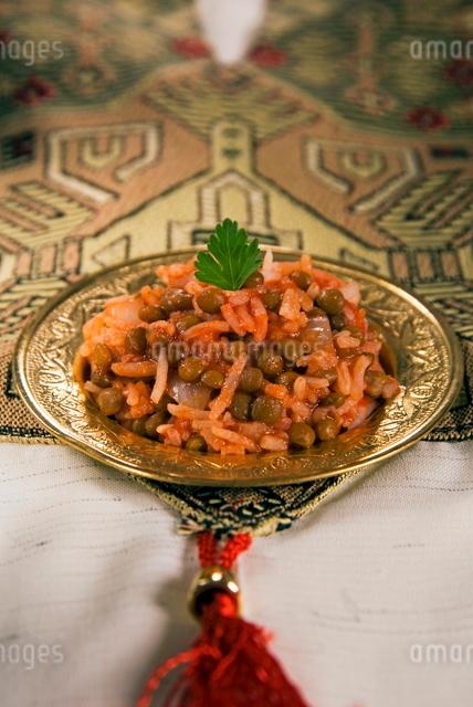 Egyptian food, kosheri, lentils, rice and tomatoesの写真素材 [FYI03776922]