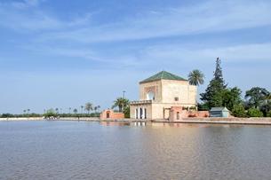 The pavilion and artificial lake of Menara, Menara Gardens, Marrakechの写真素材 [FYI03776948]