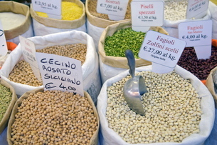 Dried beans and peas, Market of Sant'Ambrogio, Florence (Firenze), Tuscanyの写真素材 [FYI03776952]