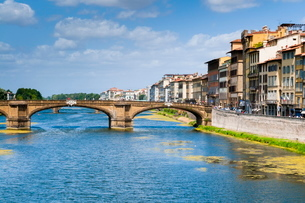 Ponte Santa Trinita dating from the 16th century and the Arno River, Florence (Firenze), Tuscanyの写真素材 [FYI03776968]
