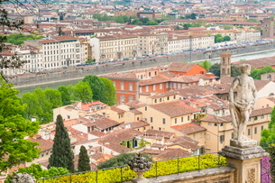 View of city center of Florence and River Arno, Florence (Firenze), Tuscanyの写真素材 [FYI03776988]