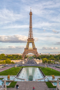 The Eiffel Tower, Champ de Mars, Parisの写真素材 [FYI03777171]