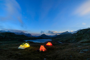 The soft lights of the tents light up dusk, Minor Valley, High Valtellina, Livigno, Lombardyの写真素材 [FYI03777204]