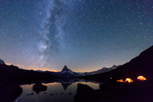 Camping under the stars and Milky Way with Matterhorn reflected in Lake Stellisee, Zermatt, Canton oの写真素材 [FYI03777234]