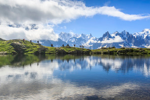 Low clouds and mist around Grandes Jorasses and Mont Blanc while hikers proceed on Lac De Cheserys,の写真素材 [FYI03777245]