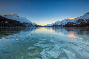 Sheets of ice on the surface of Lake Sils in a cold winter morning at dawn, Engadine, Canton of Grauの写真素材 [FYI03777250]