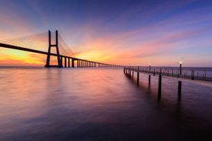 The colors of dawn on Vasco da Gama Bridge that spans the Tagus River, Lisbonの写真素材 [FYI03777269]