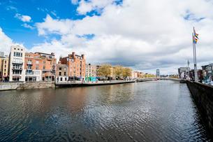 River Liffey flowing through Dublinの写真素材 [FYI03777339]