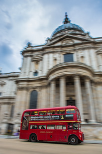 London bus going past St. Pauls Cathedralの写真素材 [FYI03777436]