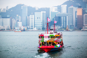 Star Ferry with Hong Kong in the background, Hong Kongの写真素材 [FYI03777454]