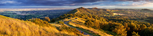 The winding footpath through the Malvern hills in autumn, Worcestershireの写真素材 [FYI03777489]