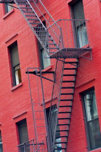Red painted tenement block and fire escapes, New York'の写真素材 [FYI03777657]