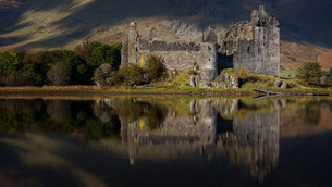 Kilchurn Castle reflected in Loch Awe, Strathclyde, Scotlandの写真素材 [FYI03777706]