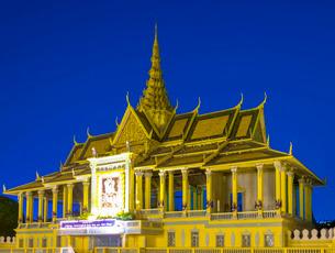 Moonlight Pavilion (Preah Thineang Chan Chhaya) of the Royal Palace at dusk, Phnom Penh, Cambodia, Iの写真素材 [FYI03777749]