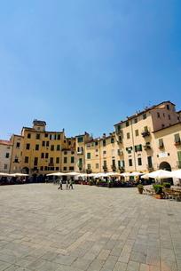 Piazza Anfiteatro, Lucca, Tuscanyの写真素材 [FYI03777997]