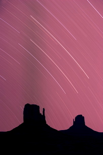 Long exposure of star trails in night sky, Monument Valley Navajo Tribal Park, Arizona Utah border'の写真素材 [FYI03778045]