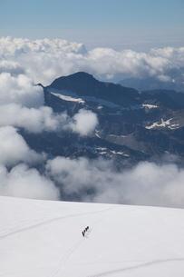Climbers descending Monte Rosa, Italian Alps, Piedmontの写真素材 [FYI03778454]