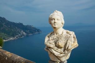 Statue on the Infinity Terrace, Villa Cimbrone, Ravello, Amalfi Coast, Campaniaの写真素材 [FYI03778562]