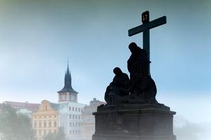 Charles Bridge statues, Pragueの写真素材 [FYI03778590]