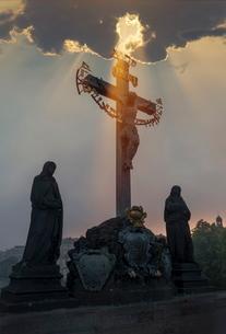 Statues on Charles Bridge, Pragueの写真素材 [FYI03778591]