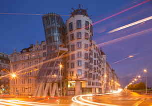 Dancing House (Ginger and Fred) by Frank Gehry, at night, Pragueの写真素材 [FYI03778606]