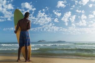 Young man with surfboard, Rio de Janeiro, Brazilの写真素材 [FYI03778625]