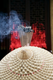 Chinese woman with incense sticks, Jade Buddha Temple, Shanghaiの写真素材 [FYI03778787]
