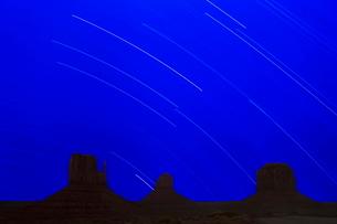 Long explosure resulting in star stripes in sky, Monument Valley Navajo Tribal Park, Arizona Utah boの写真素材 [FYI03778848]