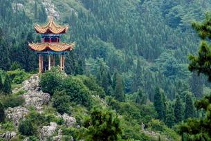 Pagoda on hillside outside Kunming, Kunming, Yunnanの写真素材 [FYI03778876]