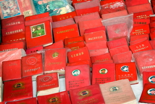 Little Red Book for sale, communist memorabilia, Dali, Yunnanの写真素材 [FYI03778887]