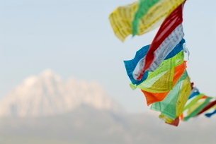 Prayer flags blowing in wind, Snow mountain, Tagong, Sichuanの写真素材 [FYI03778889]