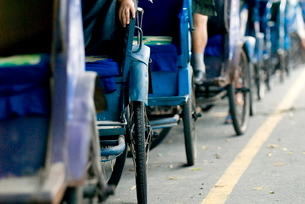 Queue of pedal taxis, Leshan, Sichuanの写真素材 [FYI03778892]