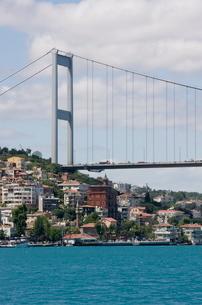 The town of Rumeli Hisari and the Fatih Mehmet Bridge on the Bosphorus, Istanbul, Turkeyの写真素材 [FYI03778918]