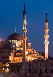 New Mosque illuminated in the evening, Istanbul, Turkeyの写真素材 [FYI03778923]
