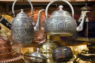 Traditional ornate kettles for sale, Grand Bazaar (Great Bazaar), Istanbul, Turkeyの写真素材 [FYI03778928]