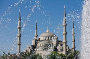 Fountain in front of the Blue Mosque, Istanbul, Turkey, Western Asiaの写真素材 [FYI03778932]