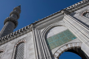 Entrance to the courtyard, with minaret, Blue Mosque, Istanbul, Turkey, Western Asiaの写真素材 [FYI03778935]