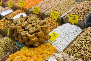 Baklava and dried fruit and nuts for sale, Spice Bazaar, Istanbul, Turkey, Western Asiaの写真素材 [FYI03778937]