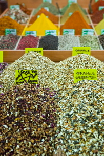 Tea and spices for sale in Spice Bazaar, Istanbul, Turkey, Western Asiaの写真素材 [FYI03778939]