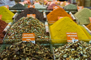 Tea and spices for sale in Spice Bazaar, Istanbul, Turkey, Western Asiaの写真素材 [FYI03778940]