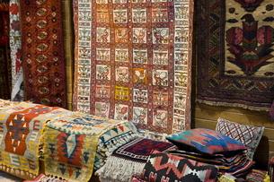 Traditional rugs for sale, Grand Bazaar, Istanbul, Turkey, Western Asiaの写真素材 [FYI03778945]