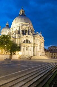 Santa Maria della Salute illuminated at night, Venice, Venetoの写真素材 [FYI03778972]