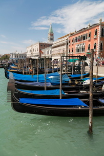 Gondolas moored in St. Mark's Basin, Venice, Venetoの写真素材 [FYI03778978]