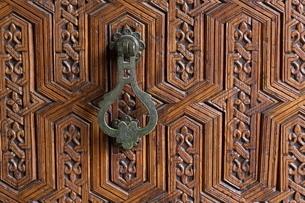 Detail of a carved wooden door in the Musee de Marrakech, Marrakechの写真素材 [FYI03779008]