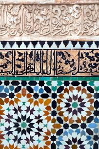 Traditional Moroccan Zallij tile work in the Ben Youssef Medersa, Marrakechの写真素材 [FYI03779009]