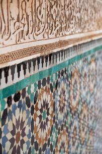 Traditional Moroccan Zallij tile work in the Ben Youssef Medersa, Marrakechの写真素材 [FYI03779010]