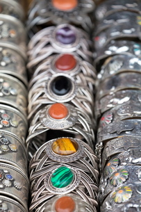 Traditional silver bracelets for sale in Rahba Kedima (Old Square), Marrakechの写真素材 [FYI03779014]