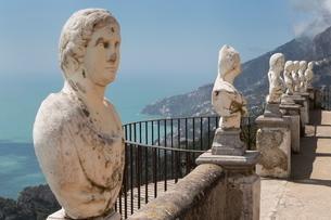 Statues on Belvedere of Infinity at the Villa Cimbrone in Ravello, Amalfi Coast (Costiera Amalfitanaの写真素材 [FYI03779032]