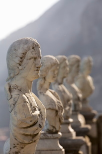 statues on Belvedere of Infinity at the Villa Cimbrone in Ravello, Amalfi Coast (Costiera Amalfitanaの写真素材 [FYI03779037]