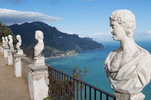 Statues on Belvedere of Infinity at the Villa Cimbrone in Ravello, Amalfi Coast (Costiera Amalfitanaの写真素材 [FYI03779038]